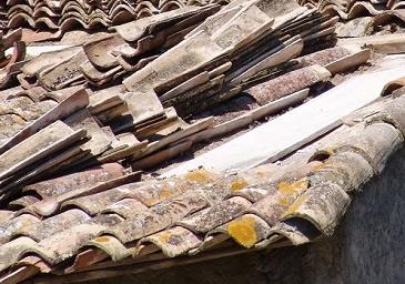 Tejado desmontado y montón de tejas