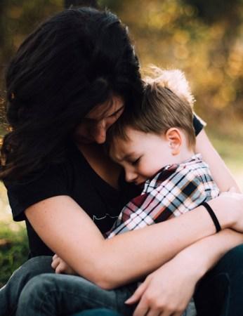 Mujer consolando a niño