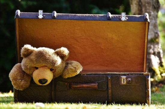 Juguetes olvidados en una maleta