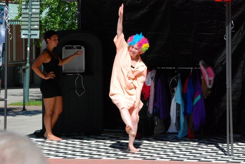 Bellas teatraliska danser går hem hos den yngre publiken.