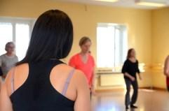 Marlene betraktar deltagarna medans de dansar