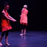 Dansarna befann sig mitt emellan två världar. Vi ser dem, men vad ser de?