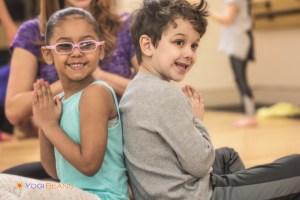 Nyfikna barn som yogar