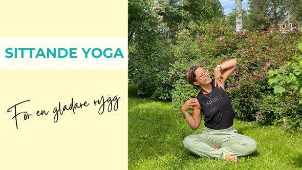 Bild som visar kvinna i en yogaövning för mjukare rygg, sittande på marken utomhus med växtlighet i bakgrunden.