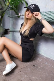black-dress-ootd-outfit-missguided-adidas-cap-tumblr-girl-street-style-white-sneakers