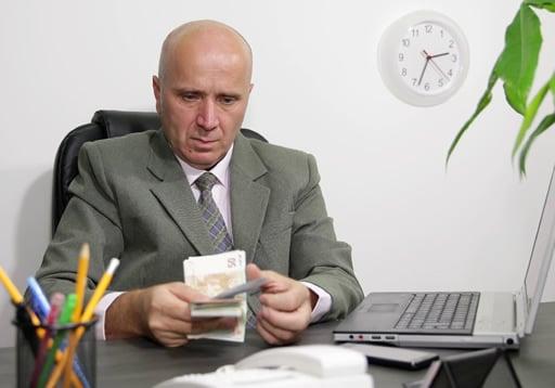 現金のやり取りが店内で行われることが違法行為