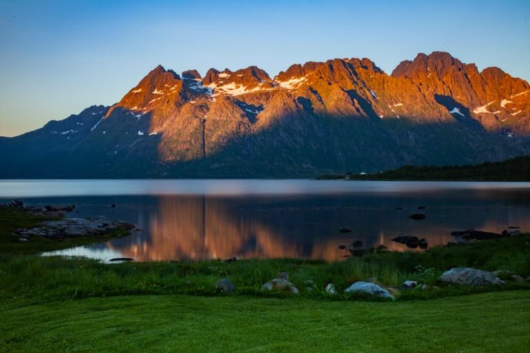 Reflet de la montagne, soleil de minuit
