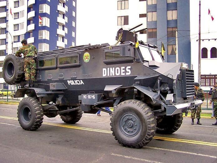 Casspir de dotación en la Policía de Perú, armado de dos ametralladoras cal .30. El diseño monocasco del mismo ofrece mejor protección pasiva contra las minas con respecto a modelos anteriores. Foto: Internet.