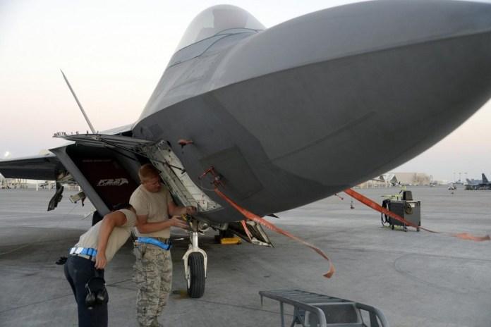 F-22 Raptor perteneciente a la 325th FW es alistado para realizar una misión contra Daesh. Imagen: U.S. Air Force Tech.Sgt. Marie Brown.