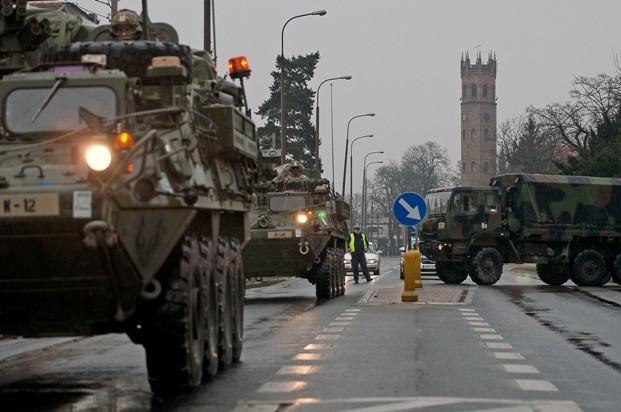 Columna del 2nd Cavalry Regiment avanza por la ciudad polaca de Skwyerzina durante la Dragoon Ride. Imagen: US Army - Sgt. Christina M. Dion.