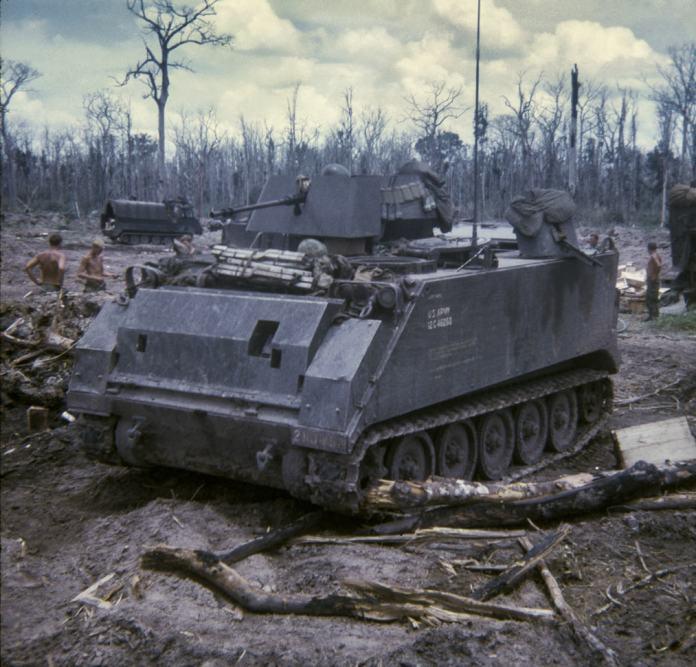 M-113A1 en la versión ACAV dotado con el vulnerability reduction kit, durante la guerra de Vietnam. El blindado pertenece al Regimiento Blackhorse Imagen: Dave Watters.