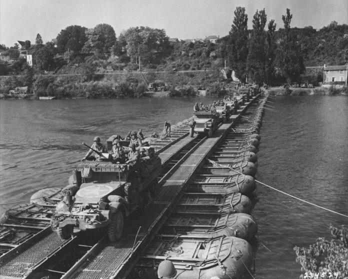 Columna de semi-orugas M-3A1 pertenecientes al US Army cruzan el río Sena por un puente hecho pontones. Francia, 1944. Imagen: US Army.