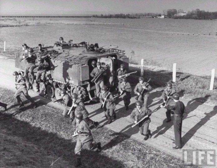 Infantes desmontan de un APC M-44. El portón trasero y el techo cubierto representaron un notable avance en los vehículos para transporte de tropa. Imagen: Life Magazine.