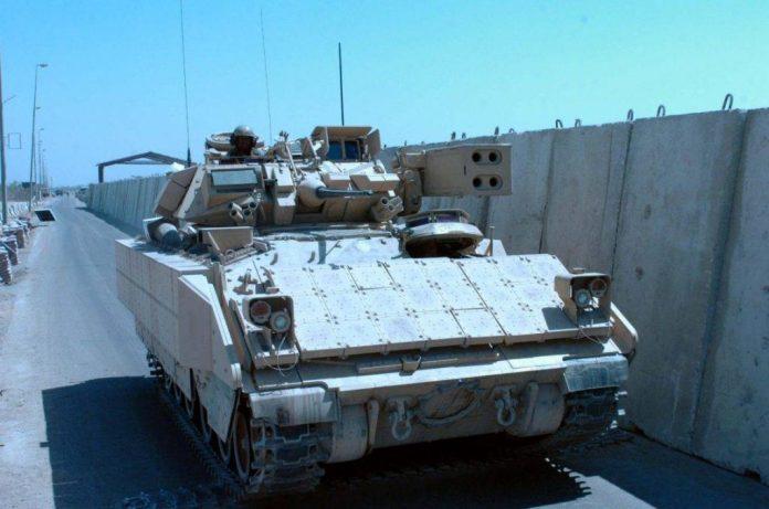 M-6A2 Linebacker avanzando por uno de los ingresos del aeropuerto internacional de Bagdad. Imagen: Internet