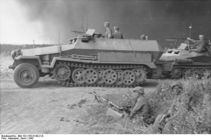 Soldados alemanes observan el avance de una columna blindada encabezada por un Sd.Kfz. 251-1 Ausf C en el frente ruso. En segundo plano se observa una Sd.Kfz 251/3 de comando. Imagen: National Archiv.