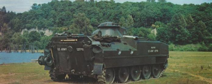 Vista posterior de un XM-701 equipado con una torreta armada con ametralladoras calibre 7,62mm.  Este modelo, pese a aplicar las lecciones aprendidas a lo largo de los años, no entraría en servicio por cuestiones técnicas y presupuestarias. Imagen:  Aberdeen Proving Grounds.