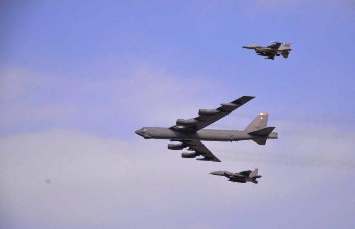 Un B-52H escoltado por cazas de Estados Unidos y de la ROKAF - Fuerza Aérea de EE.UU