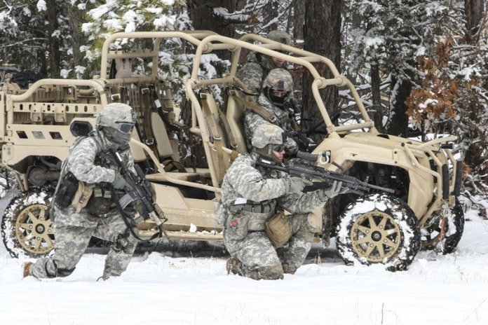 Soldados de la 82nd Airborne Division durante pruebas invernales del LTAVT MRZR-4. Imagen: US Army - Staff Sgt Jason Hull