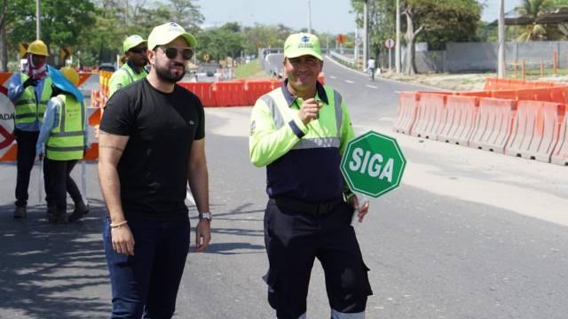 El Director de Tránsito orientando los desvíos.