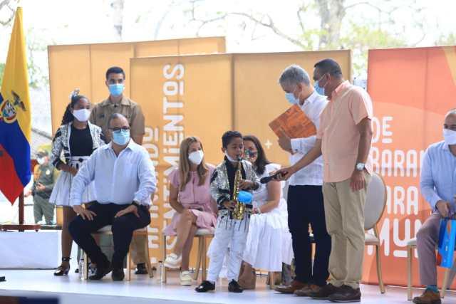 • El presidente de la República recibió el libro de la banda de manos de su integrante más joven: el saxofonista Matías Pineda, de seis años.