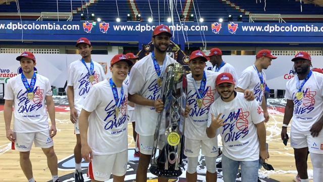 Jugadores de Titanes posando con el trofeo del tetracampeonato.