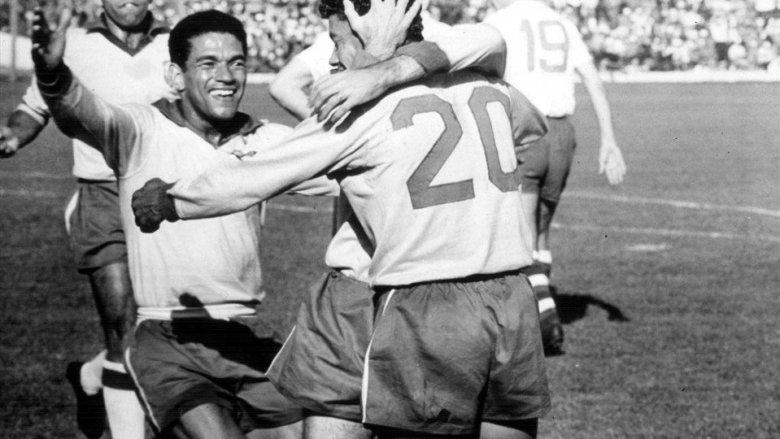 Garrincha corre a festeggiare Amarildo dopo il 3-1 alla Cecoslovacchia