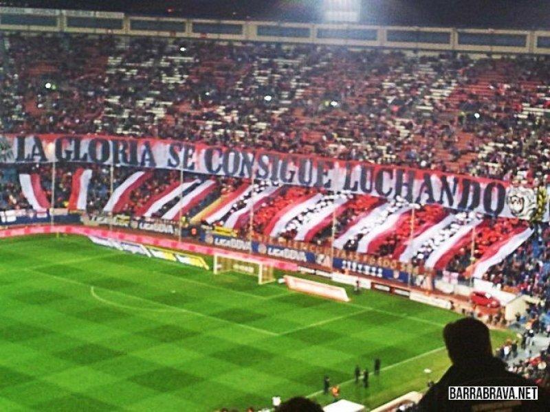 La gloria si ottiene lottando: uno striscione che incarna perfettamente lo spirito dell'Atletico