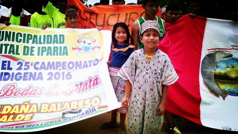 Bambini di una famiglia indigena al Mundialito in Amazzonia