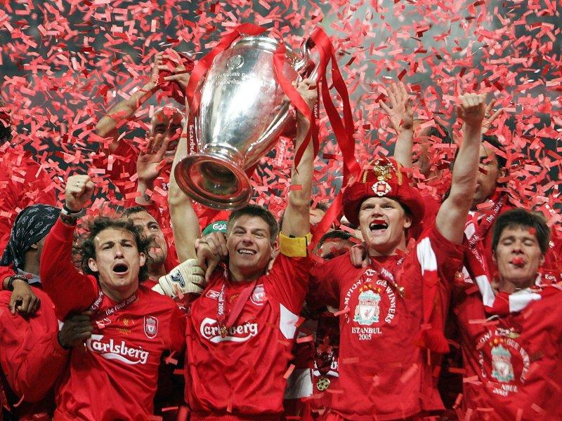 Gerrard alza il trofeo, dopo la finale più incredibile di sempre.
