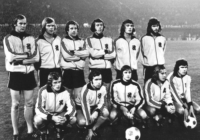 epa05228955 (FILE) A file picture dated 01 November 1972 of Dutch national soccer team players (top row, L-R) goalkeeper Jan van Beveren, Theo de Jong, Dick Schneider, Aad Mansveld, Ruud Krol and Barry Hulshoff; (front row, L-R) Piet Keizer, Theo Pahlplatz, Johan Cruyff, Johan Neeskens and Wim van Hanegem before the FIFA 1974 World Cup qualifying soccer match against Norway in Rotterdam, Netherlands. Dutch soccer legend Johan Cruyff died of cancer at the age of 68, his official website announced on 24 March 2016. EPA/STAFF B/W ONLY