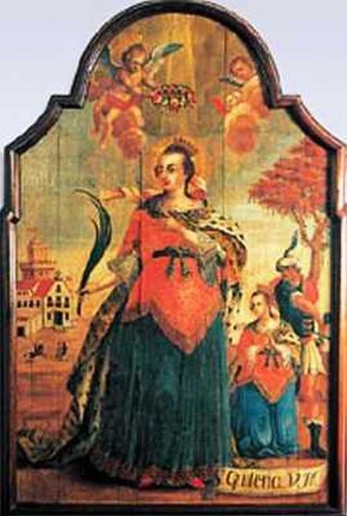 Santa Quiteria en un vestido colorido en la mitad del campo luce una pequeña corona y tiene un penacho de plumas en su mano
