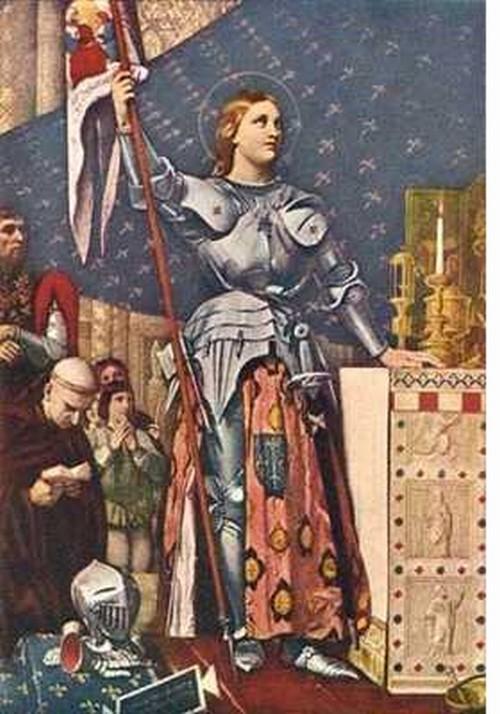 Santa Juana de Arco en su armadura con una lanza mirando fijamente algún lado
