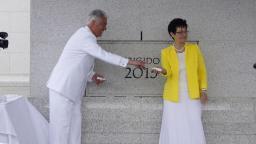 Pdte. Utchdorf y su esposa Harriet en la colocación de la Piedra Angular