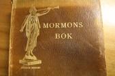"""1907, edición sueca del Libro de Mormón con una hermosa cubierta dorada donde aparece un """"Angel Moroni."""""""