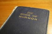 """Esta copia de 1920 del Libro de Mormón fue impreso por WB Conkey Co., Hammond, Indiana e Impresión y Publicaciones Co. de Sión, Independence, Missouri. Esta edición indica lo siguiente en la cubierta interior: """"Publicado en el centenario de la salida a luz del Libro de Mormón para la Biblioteca Alice Louise Reynolds. La colección de literatura americana no estaría completa sin este libro."""""""