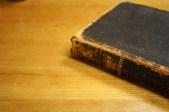 1907, edición francesa del Libro de Mormón. La cubierta de cuero, aunque muy desgastado por el uso, protege las páginas delicadas preservando su importante mensaje.
