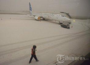 20140214_144905_abu-vulkanik-lumpuhkan-bandara-adisutjipto