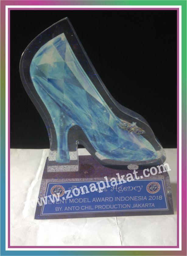plakat akrilik model sepatu