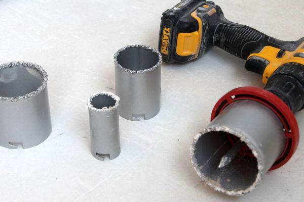 Luknja pod vtičnico v betonski kroni  Luknja v ploščici pod vtičnico