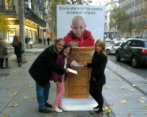 Paco Arango, junto a dos niñas este jueves - FA
