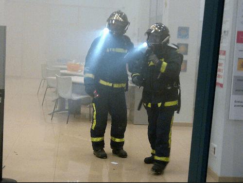 Dos bomberos en la oficina de empleo - Emergencias Madrid