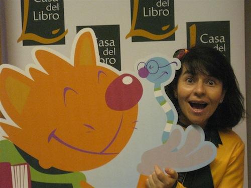 Lili Cuentacuentos posa con Ziro