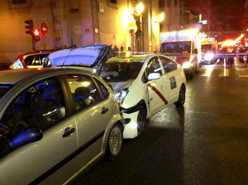 El taxi chocó con un coche tras arrollar a cuatro peatones - Emergencias Madrid