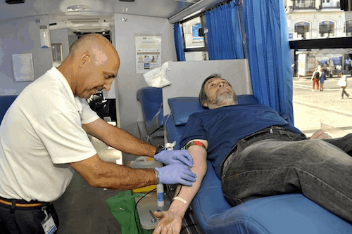 Jesús Mora extrae sangre a un paciente - CR
