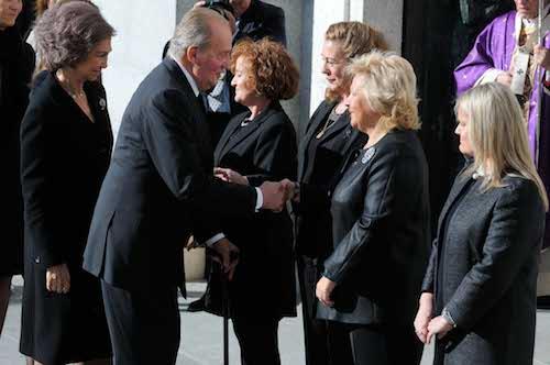 Los Reyes saludan a los familiares de las víctimas del 11M - Ayto