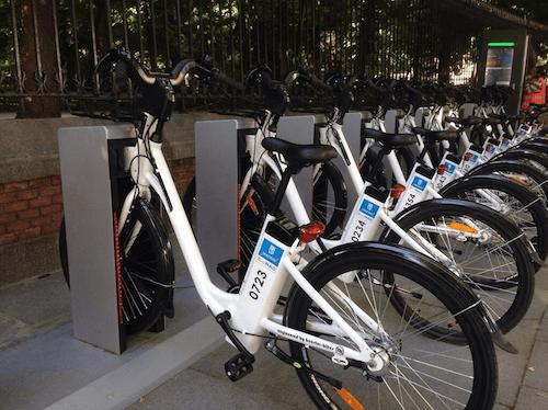 Bicis eléctricas en el anclaje de la Plaza de la independencia - TW @enbicipormadrid