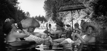 Burt-Glinn-Miembros-de-la-Seattle-Tubing-Society-a-flote.-Seattle_-Washington-Estados-Unidos-1953-Burt-Glinn-Magnum-Photos