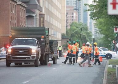 Des travailleurs s'affairent à installer la deuxième clôture de sécurité autour du circuit.