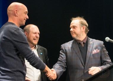 Benoit Dorais accueille Alain Vaillancourt sur scène.