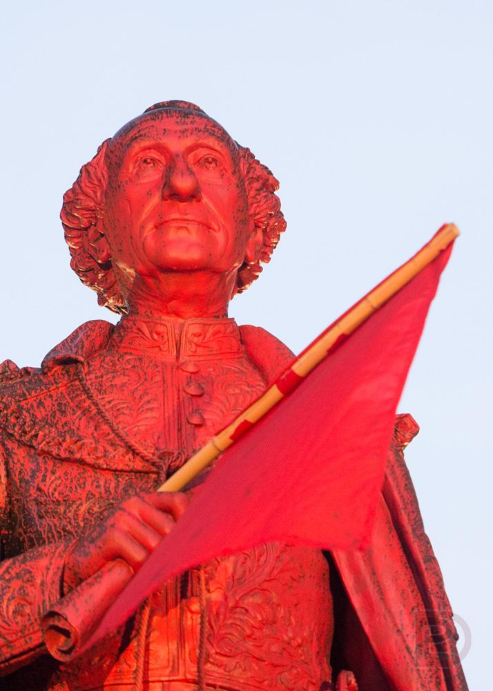 La statue de John A. Macdonald avait subi la nuit d'avant les foudres d'un groupe militant.